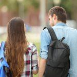 【好きの裏返し?】女性に『ちょっかいを出す』男性心理&対処法